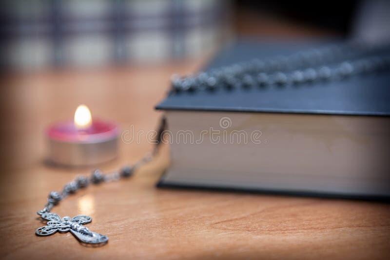 Radbandpärlor och en helig bibel arkivbild