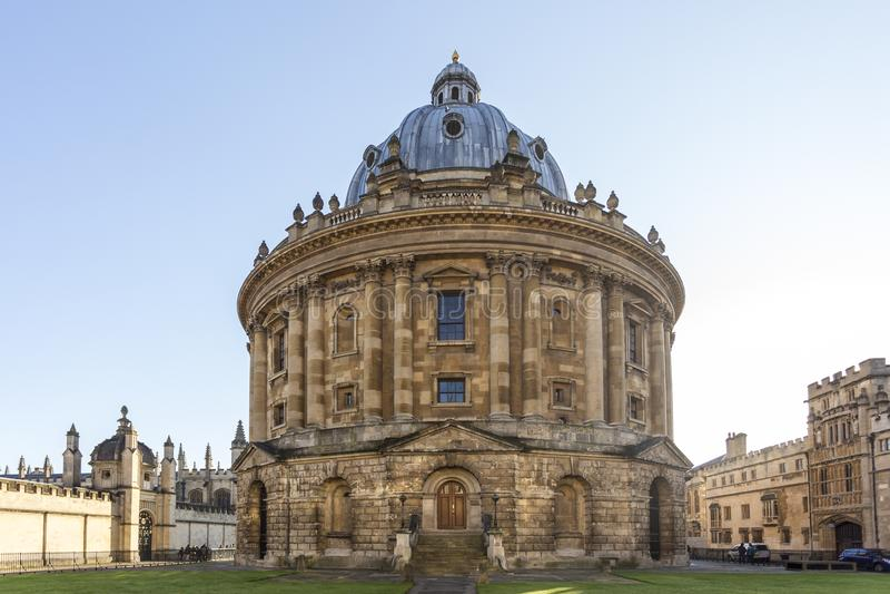 Radcliffe-Kamera ist ein Gebäude der Universität von Oxford, England, entworfen von James Gibbs in neoklassische Art errichtetem  lizenzfreie stockbilder