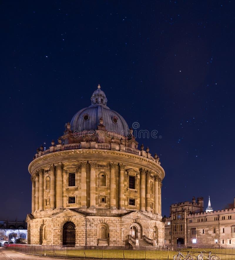 Radcliffe kamera på natten, Bodleian arkiv, Oxford UK fotografering för bildbyråer