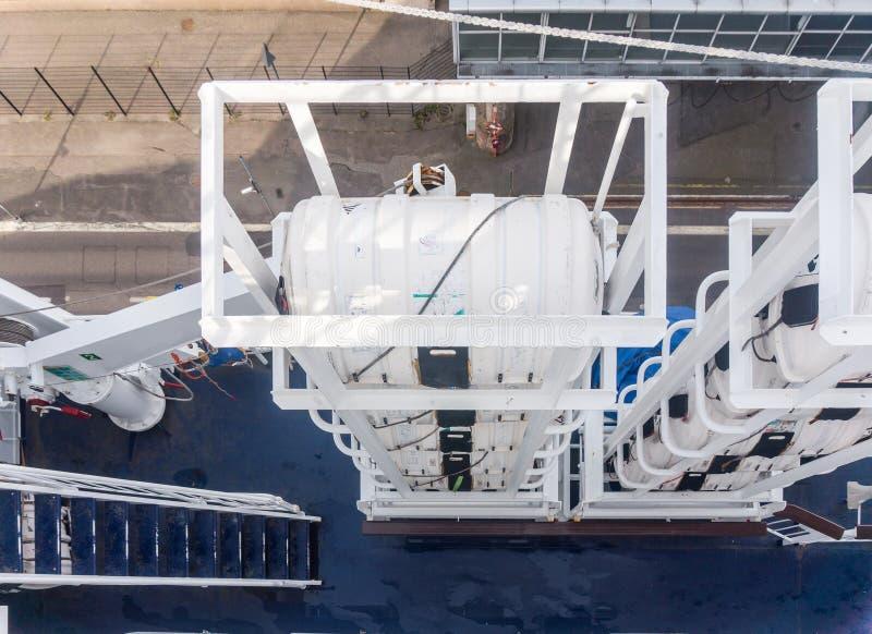 Radeaux de sauvetage sur la plate-forme d'un bateau photos libres de droits