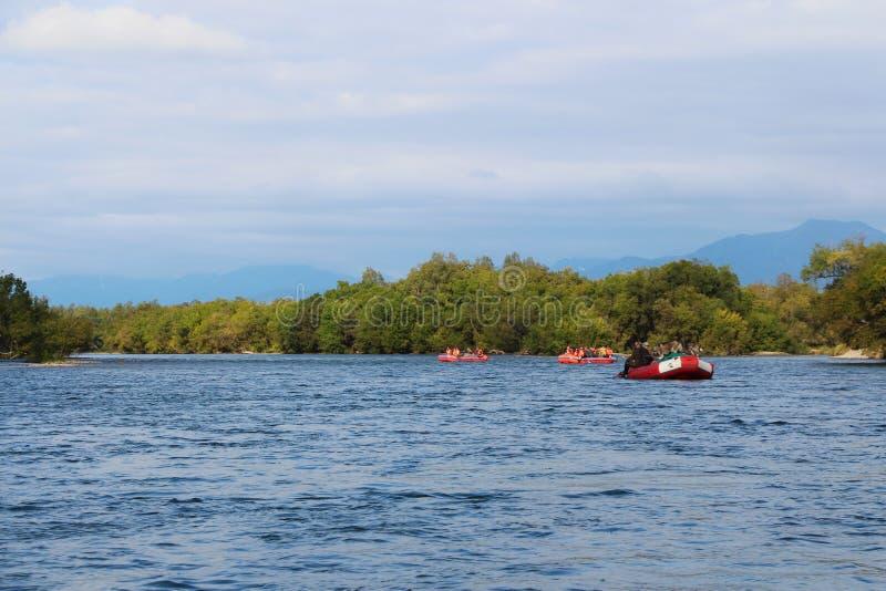 Radeaux de touristes le long de la rivière de montagne photo libre de droits