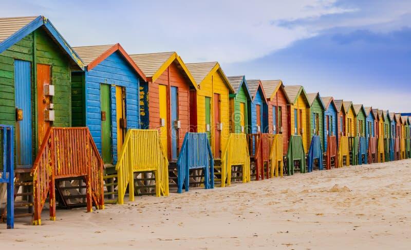 Raden av den färgrika badningen förlägga i barack i den Muizenberg stranden, Cape Town, Sydafrika royaltyfria bilder