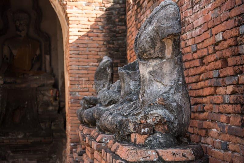 Raden av fördärvar den buddha statyn i watchai wattanaram, ayutthaya, Thailand arkivfoton