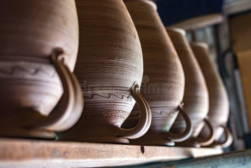 Raden av keramiska tillbringare är på hyllan royaltyfria foton