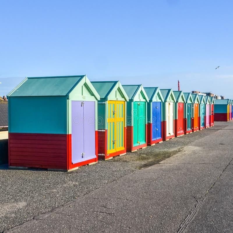 Raden av stranden förlägga i barack på havsframdel i England fotografering för bildbyråer