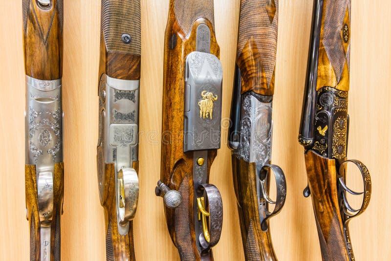 Raden av vapen shoppar in royaltyfria bilder