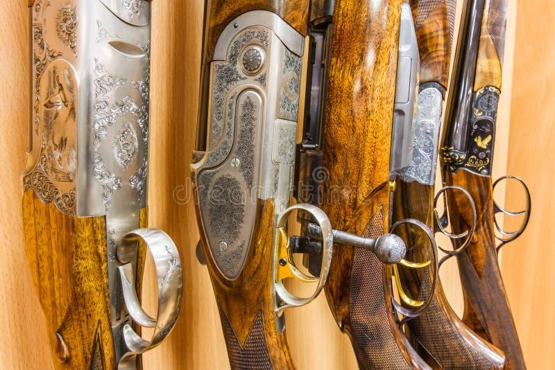 Raden av vapen shoppar in arkivfoto