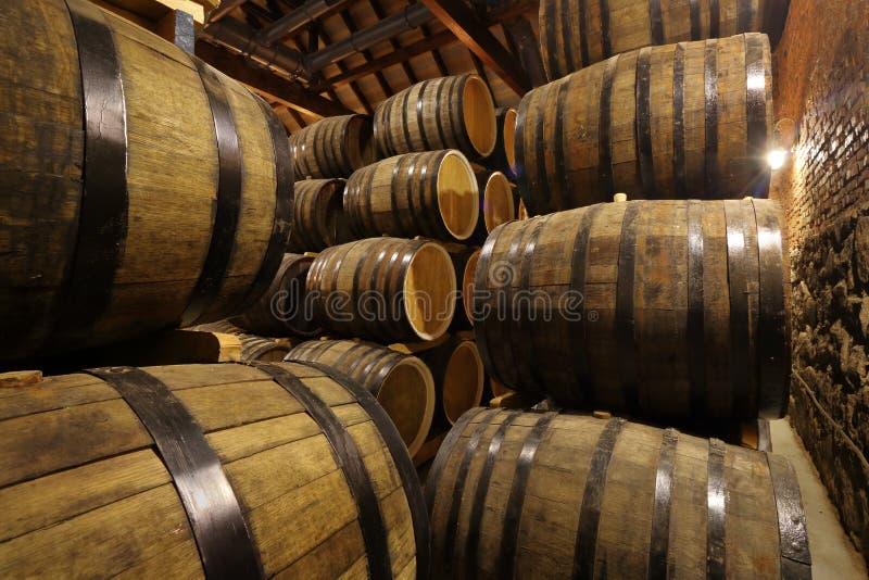 Rader av alkoholtrummor i materiel spritfabrik Cognac whisky, vin, konjak Alkohol i trummor arkivfoto