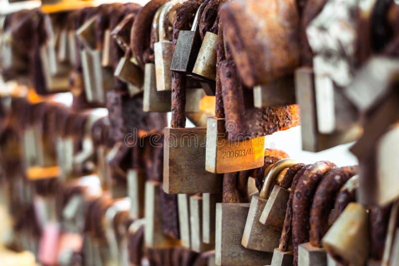 Rader av att gifta sig lås som hängs på räcket av förälskelsebron arkivfoto