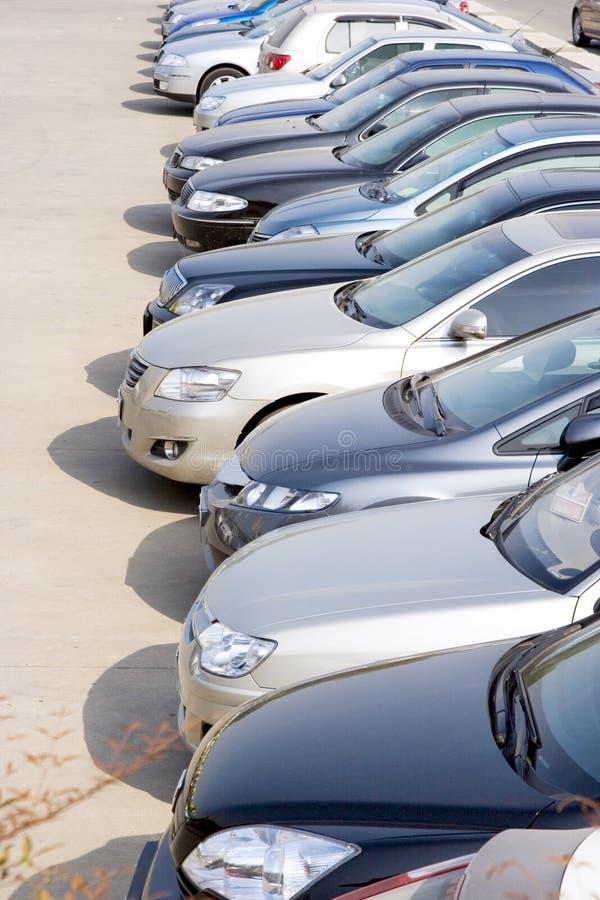 Rader av bilar royaltyfria foton