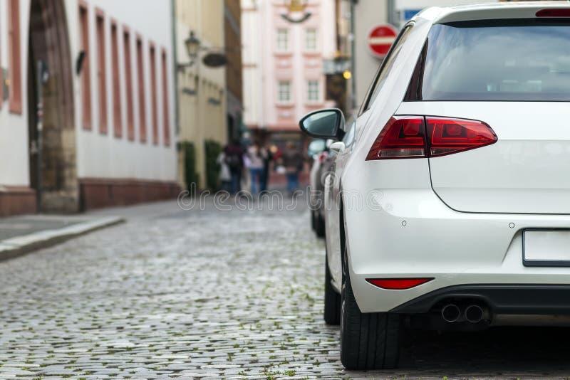 Rader av bilar som parkeras på vägrenen i bostads- område arkivfoton
