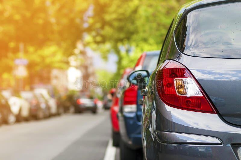 Rader av bilar som parkeras på vägrenen i bostads- område royaltyfri foto