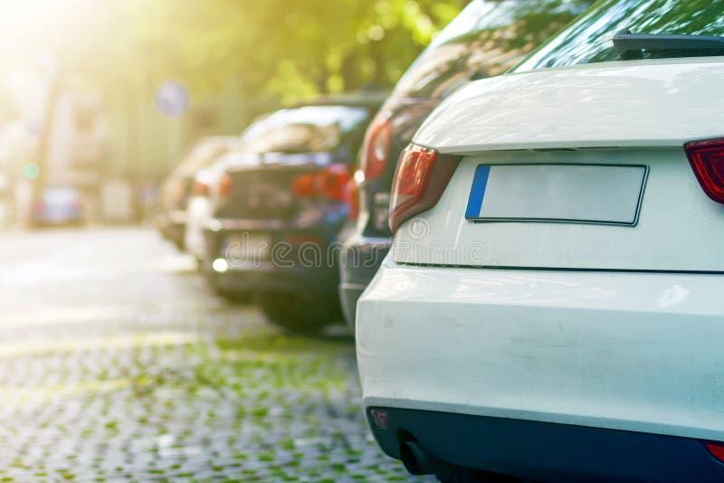 Rader av bilar som parkeras på vägrenen i bostads- område royaltyfria foton