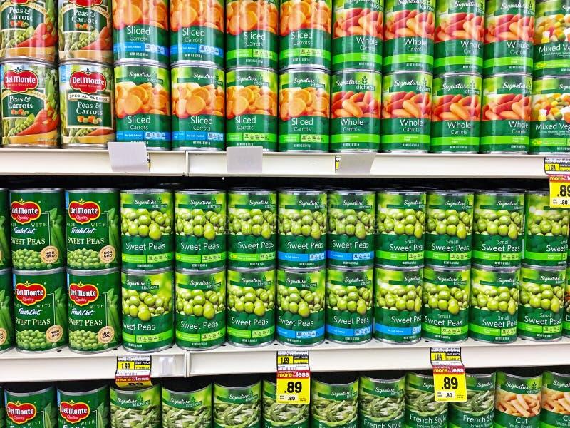 Rader av cans av bönor royaltyfri fotografi