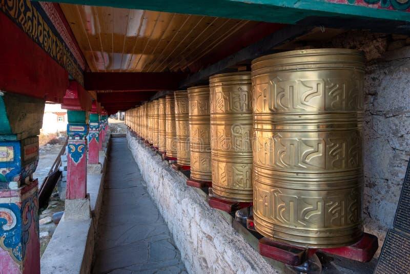 Rader av forntida traditionella guld- hjul av den tibetana templet royaltyfri bild