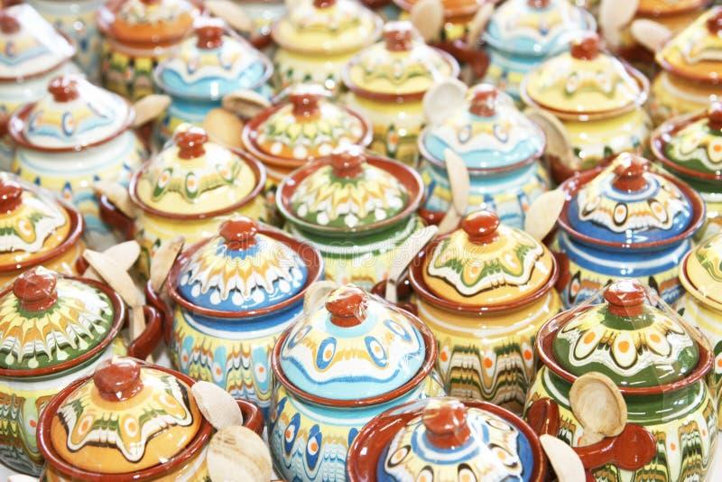 Rader av keramiska tillbringare arkivbilder