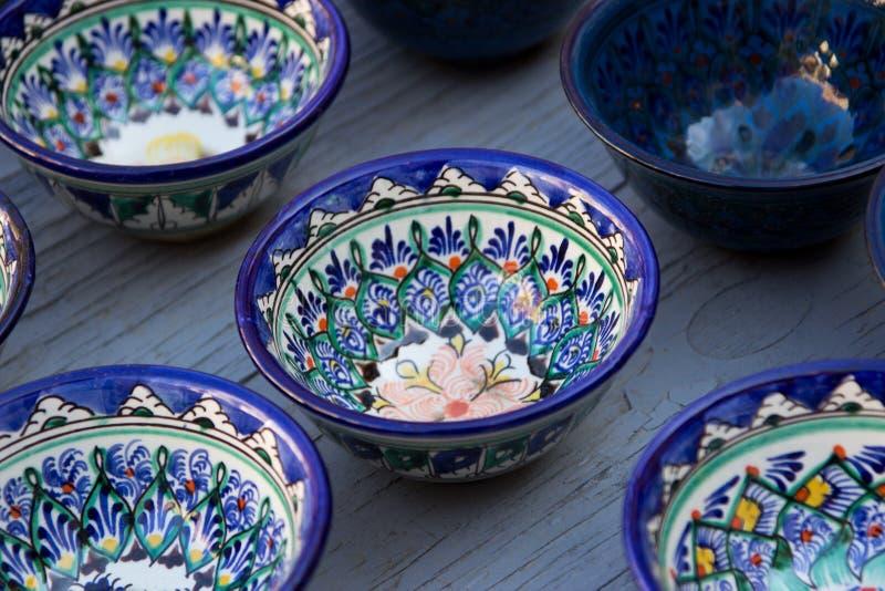 Rader av koppar med den traditionella uzbekistan prydnaden, Bukhara, Uzbe royaltyfri foto