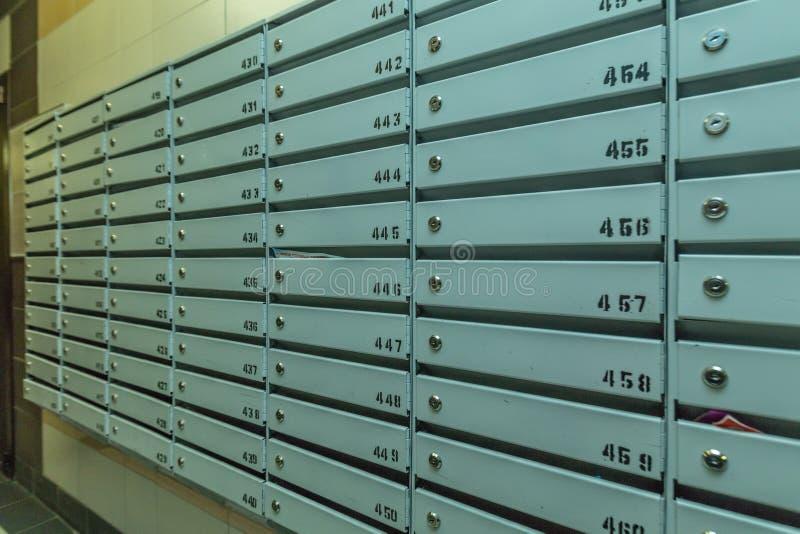 Rader av metallbrevlådor arkivbild