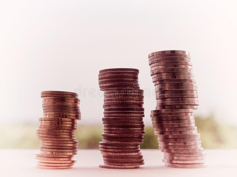 Rader av mynt och kontot för finans, sparande pengar arkivfoto