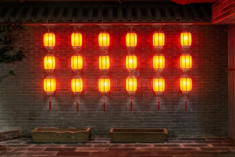 Rader av röda lyktor royaltyfri bild