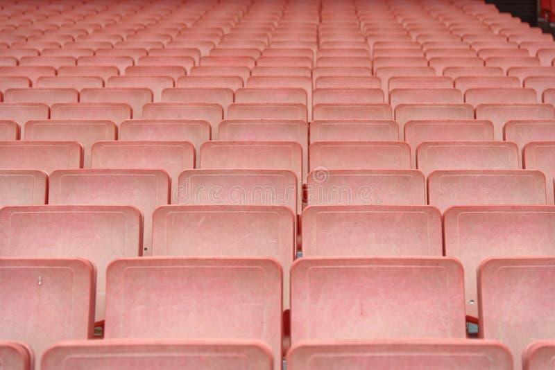 Rader av röda stadionplatser arkivbild