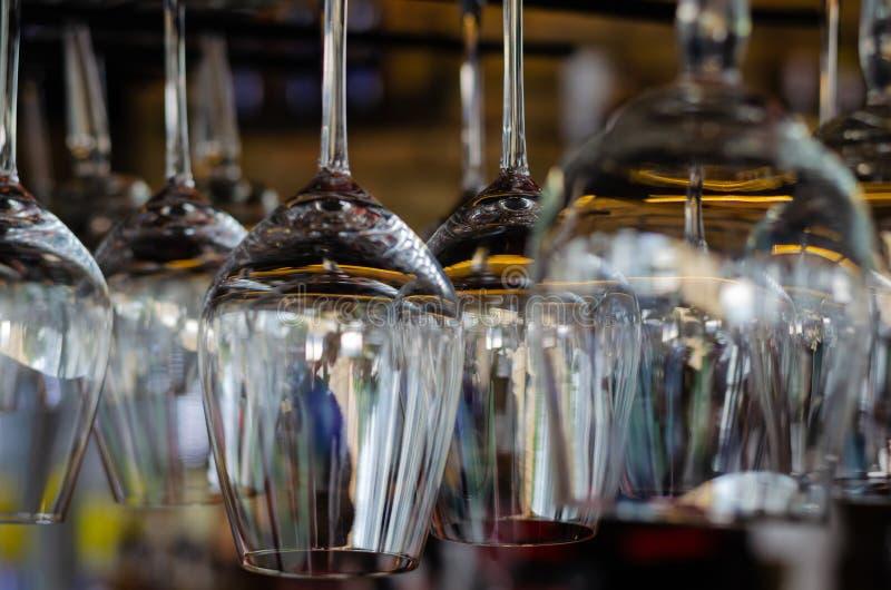 Rader av rena tomma exponeringsglas ovanför stångräknaren Inre av baren, stången eller restaurangen royaltyfria foton