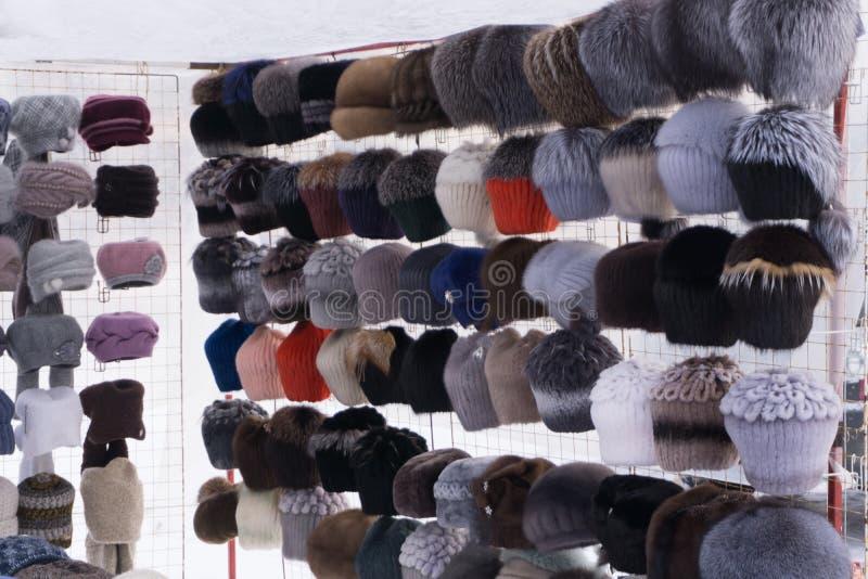 Rader av stack hattar som är till salu på ett stånd i Warszawa, Polen En färgglad samling av uppställda knyckhattar royaltyfri fotografi