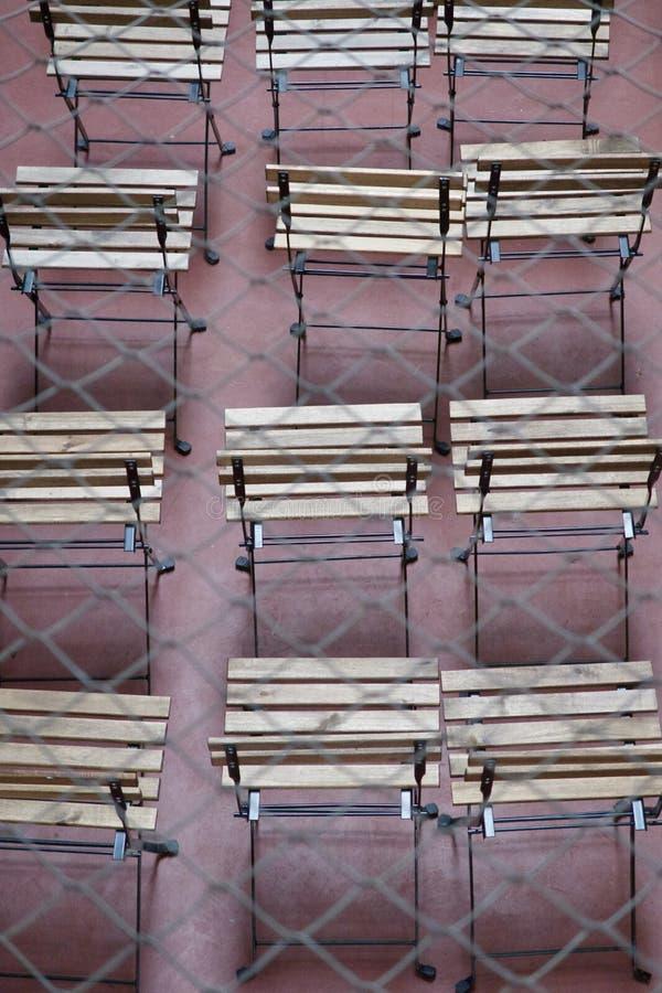 Rader av tomma spjälade träplatser arkivbilder