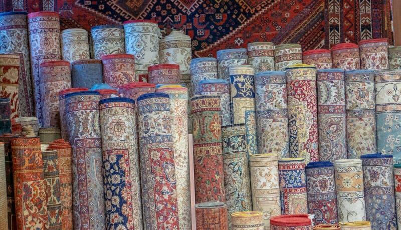 Rader av turkiska filtar som säljs på ett lokalt uttag i Istanbul, arkivbild