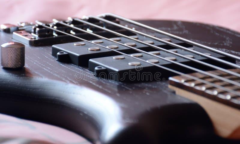5 rader svarta Bass Guitar arkivfoton