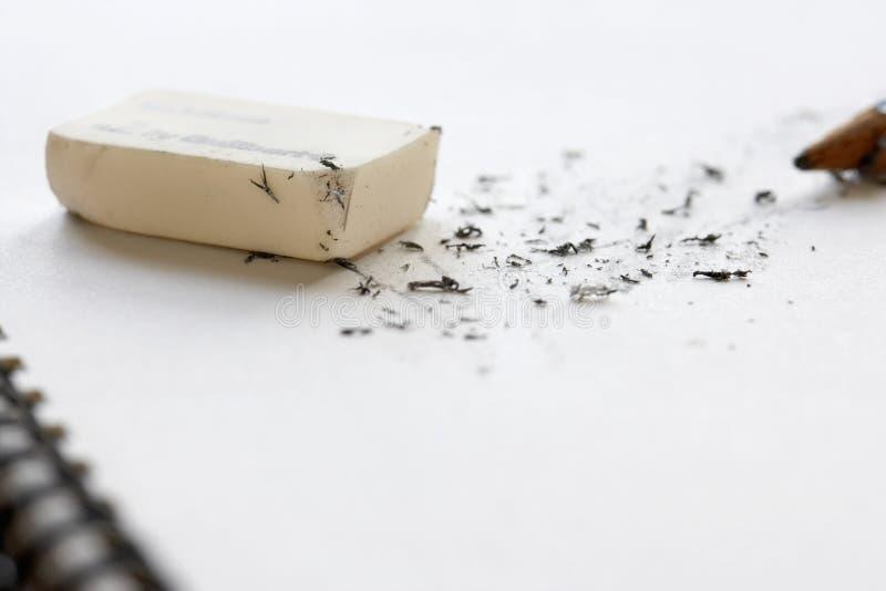 Radergummi och blyertspenna på Sketchbook arkivfoton
