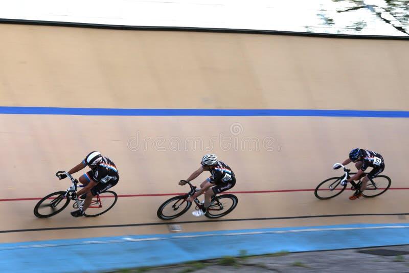 Radfahren auf die ein Bankkonto gehabte Bahn stockfoto