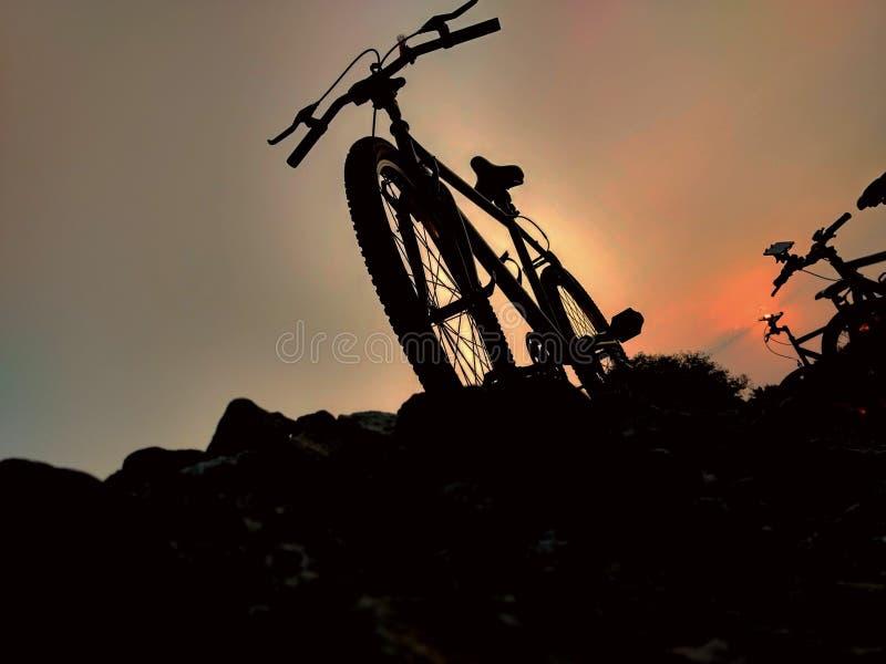 Radfahren bei Sonnenaufgang lizenzfreie stockbilder
