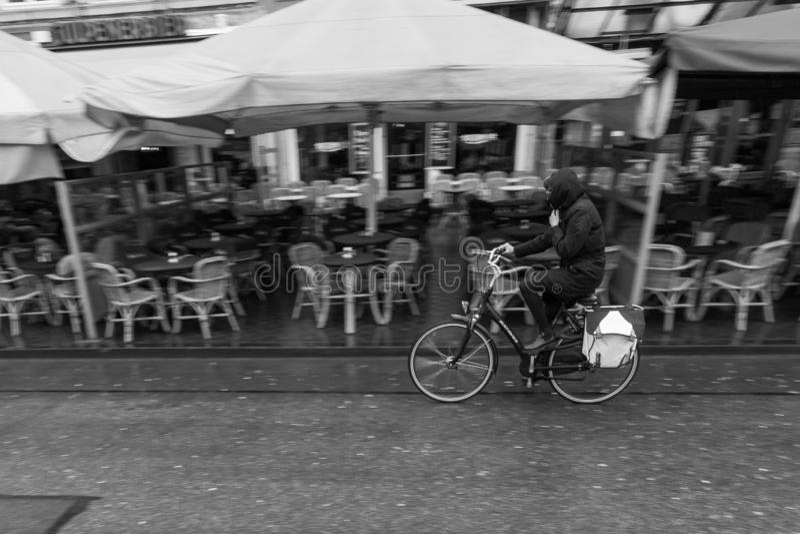 Radfahren in den Regen an einem nieselnden Tag stockfotografie