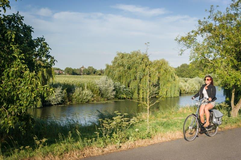 Radfahren in den Sommer bei Sonnenuntergang lizenzfreie stockfotos