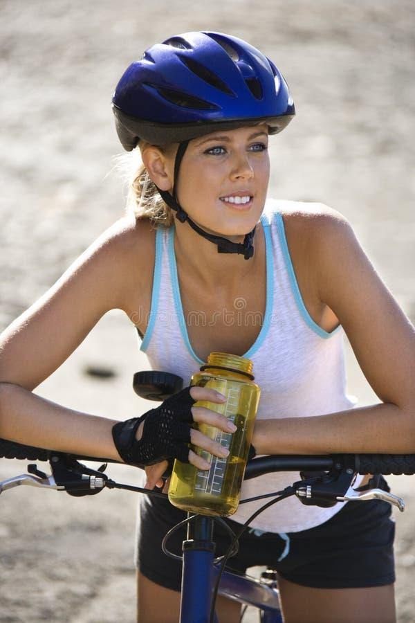 Radfahren der jungen Frau. stockfoto