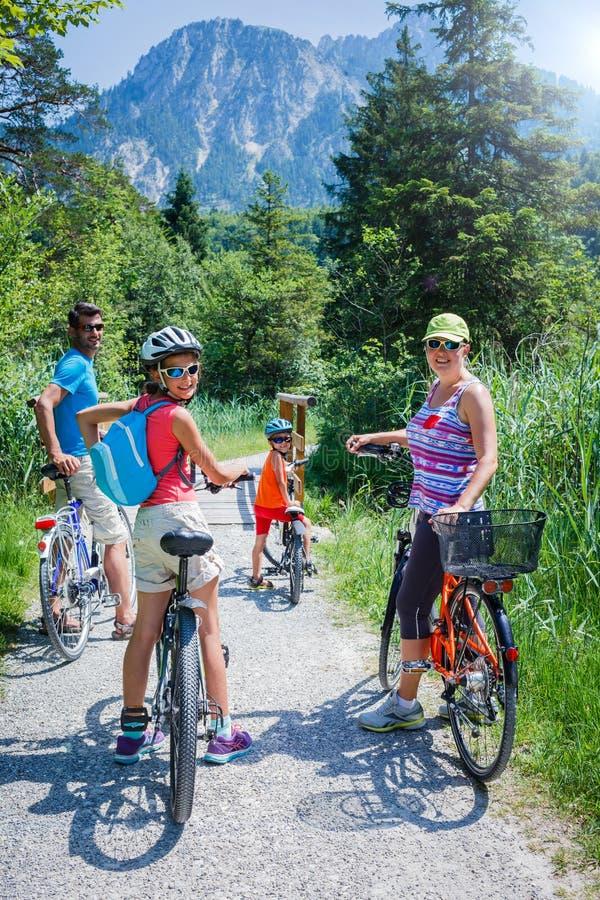 Radfahren der vierköpfigen Familie lizenzfreie stockbilder