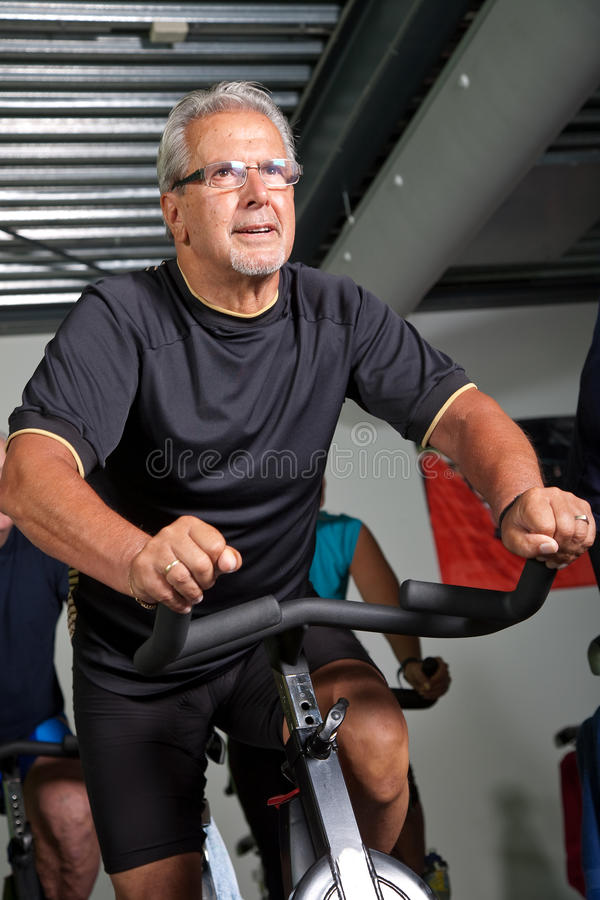 Radfahren des älteren Mannes stockfotografie