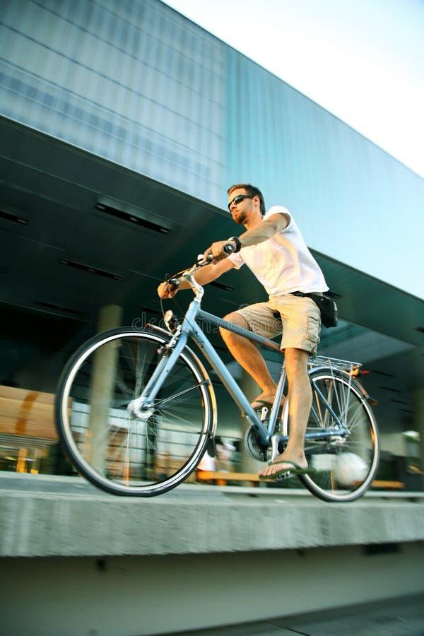 Radfahren in die Stadt stockbild