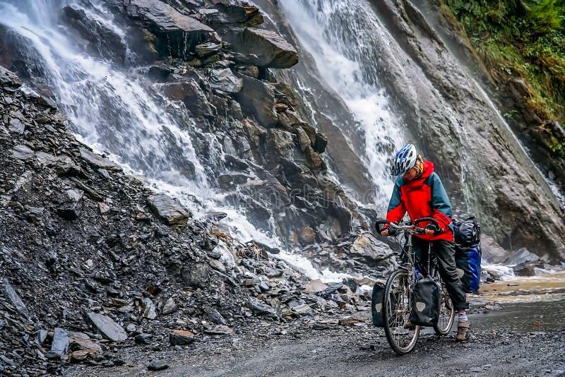 Radfahren durch die Tiger Leaping-Schlucht stockbild