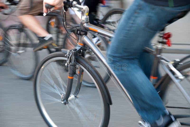 Radfahren in eine Stadt stockbilder