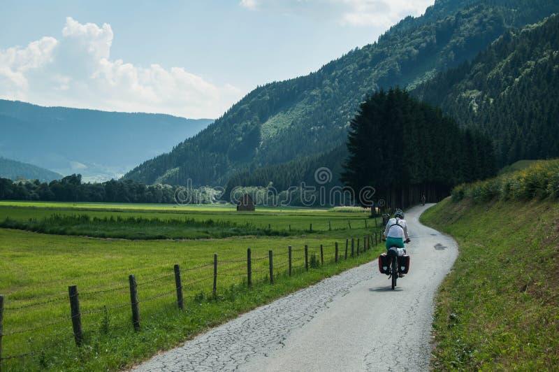 Radfahren zu den Bergen stockfotografie