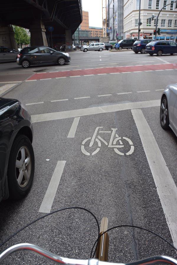 Radfahren zwischen Autos in Hamburg, Deutschland lizenzfreies stockbild