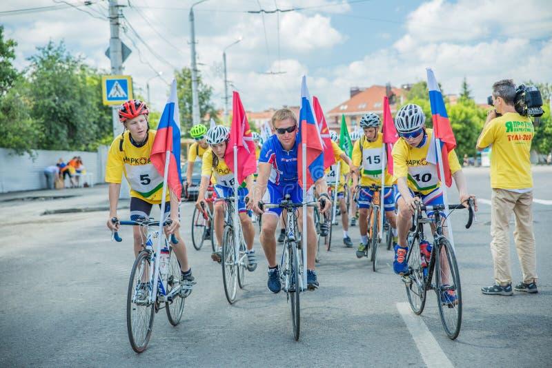 Radfahrenradrennenteilnehmerteilnehmer an ein Fahrrad reiten gegen Drogen, Alkoholismus und das Tabakrauchen lizenzfreies stockbild