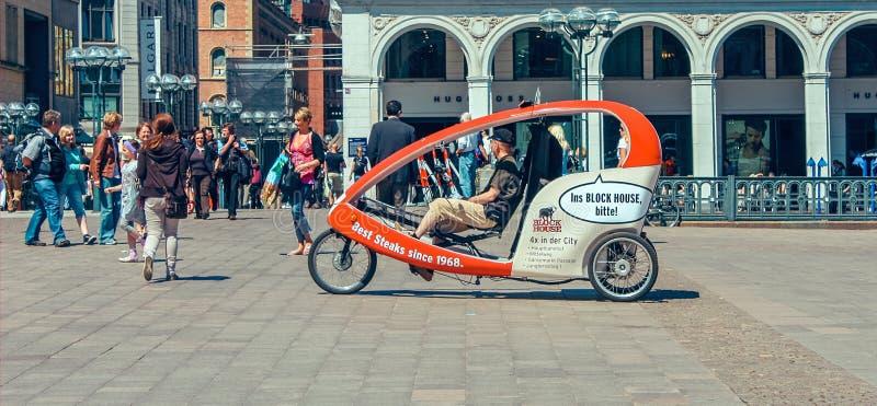 Radfahrentaxi für Touristen am Marktplatz mit Hamburg-Rathaus Rathaus und am blauen Himmel nahe See Alster Binnenalster herein stockbilder