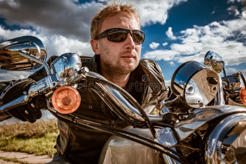 Radfahrer auf einem Motorrad stockbild