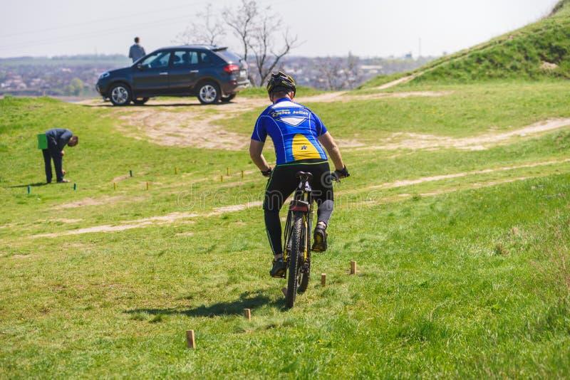Radfahrer auf Hindernislauf stockbild