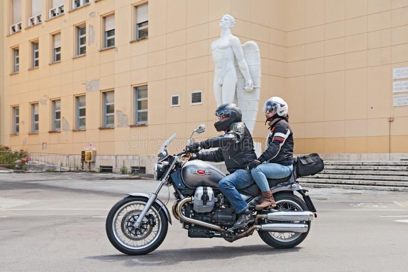 Radfahrer auf Moto Guzzi Bellagio lizenzfreie stockfotografie