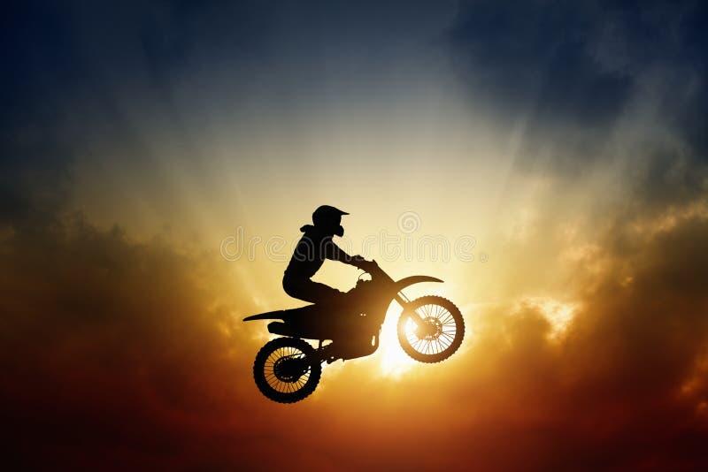 Radfahrer auf Motorrad lizenzfreies stockfoto