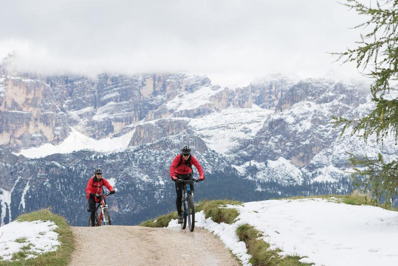 Radfahrer auf Mountainbiken auf einer Bahn mit im Hintergrund die Berge, die ein Teil Th sind lizenzfreie stockfotos